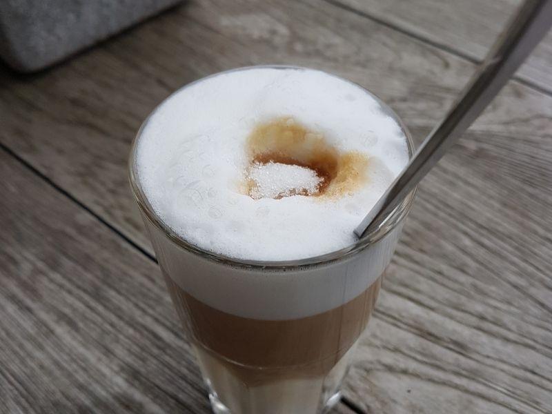 was wir vom kaffee trinken ueber achtsamkeit und glueck lernen